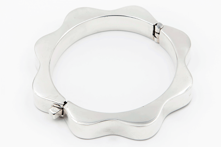 Flower shackle plain bangle
