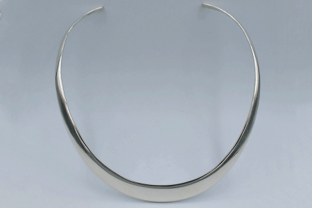 Shaped plain choker